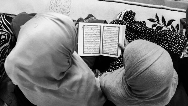 Mujeres leen el Corán - Sputnik Mundo