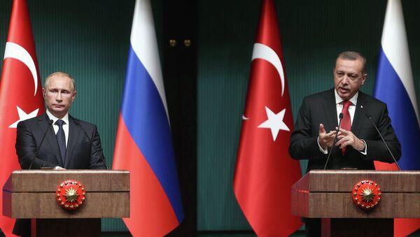Turkish President Recep Tayyip Erdogan (R) and Russian President Vladimir Putin (L) hold a joint press conference at Turkey's Presidential Palace in Ankara - Sputnik Mundo