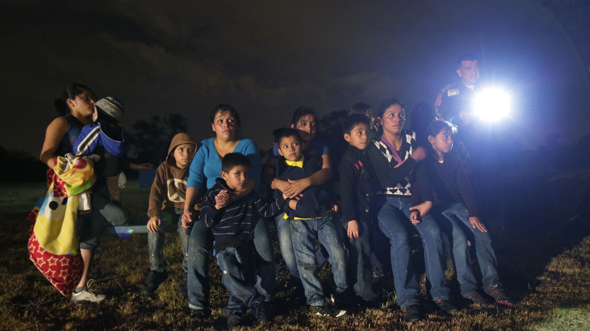 A group of young migrants from Honduras and El Salvador who crossed the U.S.-Mexico border illegally as they are stopped in Granjeno, Texas - Sputnik Mundo, 1920, 15.05.2018