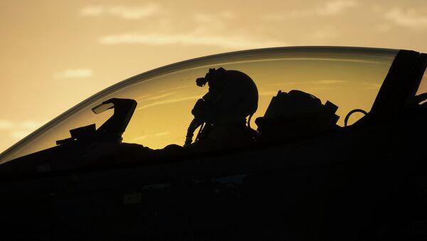 Piloto estadounidense en un caza F-16 de la Fuerza Aérea de EEUU - Sputnik Mundo