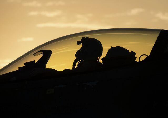 Piloto estadounidense en un caza F-16 de la Fuerza Aérea de EEUU