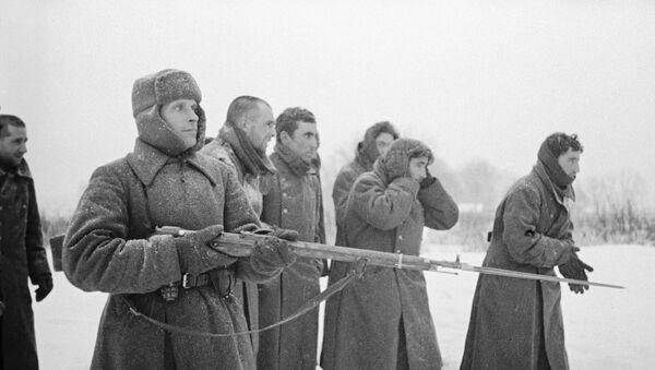 Soldado del Ejército Rojo acompaña los prisioneros de la División Azul española - Sputnik Mundo