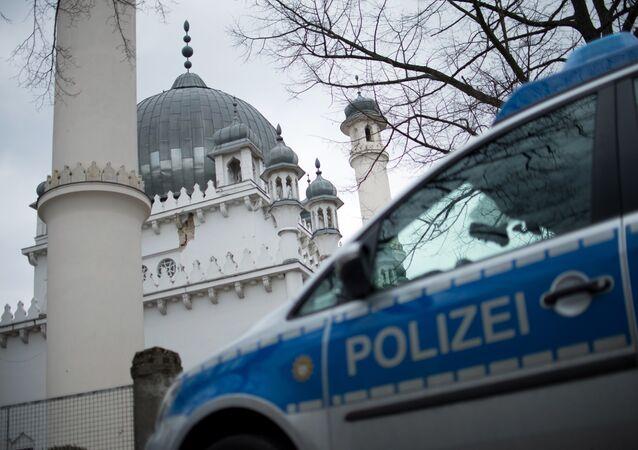 Coche de policía cerca de una mezquita en Berlín (archivo)