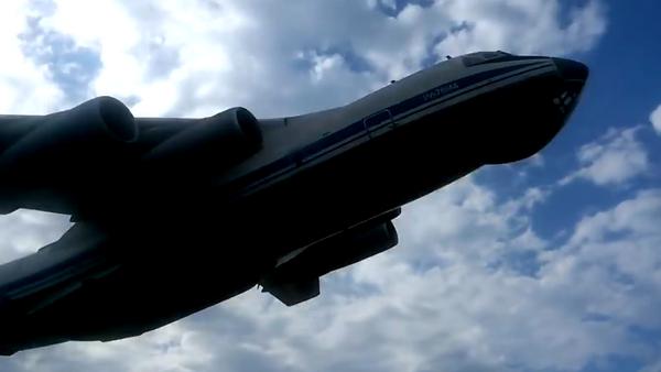 Il-76 a punto de chocar contra cazas Su-25 - Sputnik Mundo