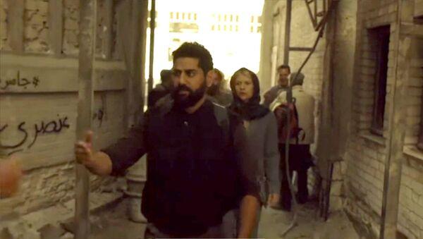Esta semana, varios artistas árabes contratados por la productora de Homeland sabotearon la nueva temporada de la serie al escribir en las paredes del escenario: Homeland es racista, Homeland es una broma que no nos hace reír, La situación no es creíble, entre otros emblemas - Sputnik Mundo