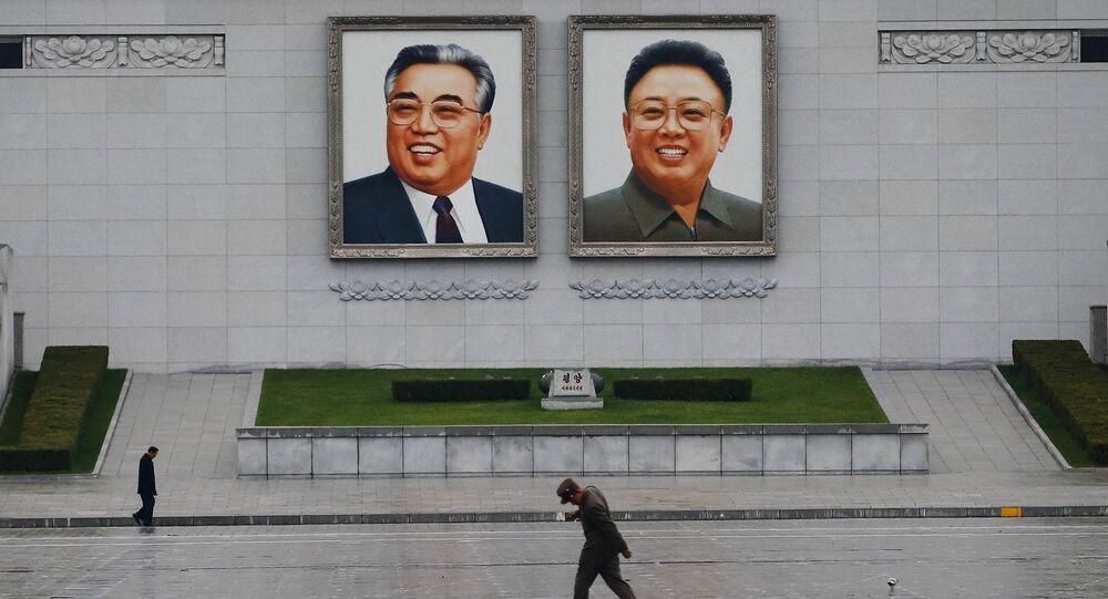 Retratos del fundador de Corea del Norte Kim Il-sung y el ex líder Kim Jong-il en Pyongyang