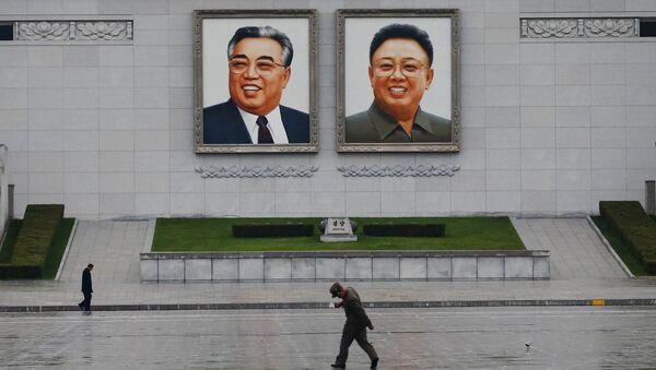 Retratos del fundador de Corea del Norte Kim Il-sung y el ex líder Kim Jong-il en Pyongyang - Sputnik Mundo