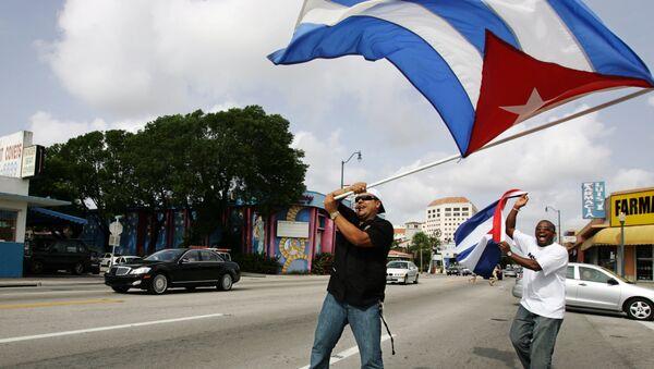 Cubanos con la bandera nacional en Miami, EEUU - Sputnik Mundo