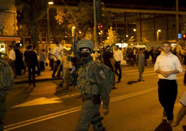 Soldado israeli cerca estación central de autobuses de Jerusalén