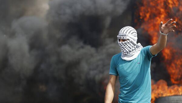 Un palestino durante enfrentamientos con soldados israelíes - Sputnik Mundo