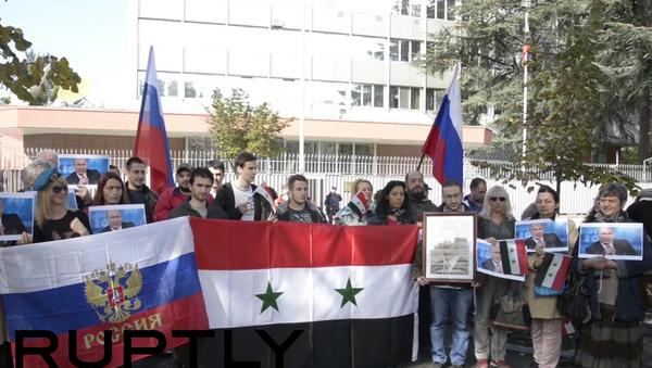 Mitin en Belgrado, organizado por la Unión de estudiantes sirios, en apoyo a misión rusa en Siria - Sputnik Mundo
