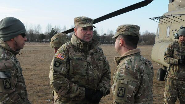 Teniente general Ben Hodges (centro), comandante del Ejército estadounidense en Europa - Sputnik Mundo