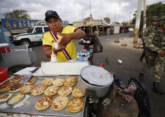 Negociante colombiano vende comida cerca la frontera entre Colombia y Venezuela