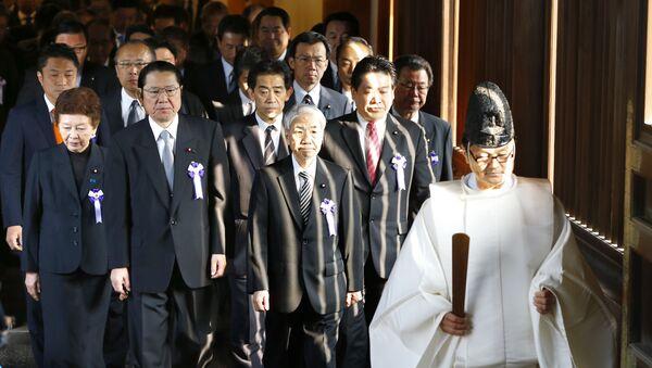 Parlamentarios japoneses visitan el templo militarista de Yasukuni, el 20 de octubre de 2015 - Sputnik Mundo