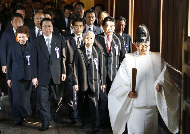 Parlamentarios japoneses visitan el templo militarista de Yasukuni, el 20 de octubre de 2015