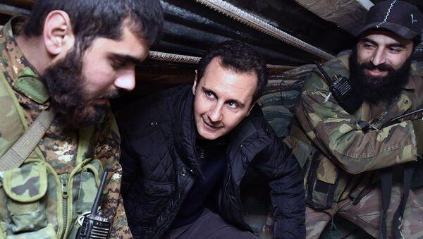 Presidente de Siria, Bashar Asad (centro), conversa con unos soldados del ejercito sirio (Archivo) - Sputnik Mundo