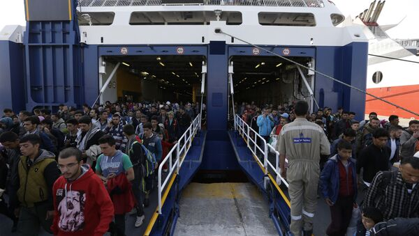 Migrants and refugees arrive on a ferry from the Greek island of Lesbos at the Athens' port of Piraeus, Monday, Oct. 19, 2015 - Sputnik Mundo