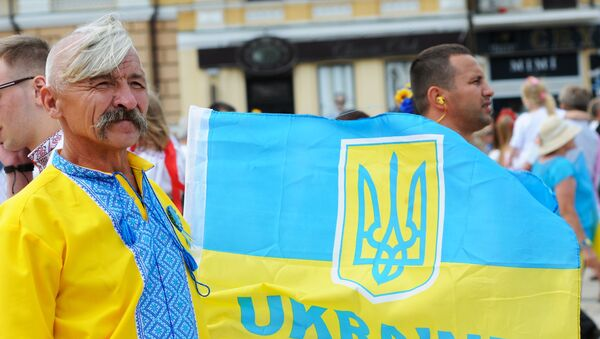 La arma y la bandera de Ucrania - Sputnik Mundo