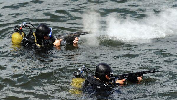 Buceadores de las fuerzas especiales rusas durante el entrenamiento - Sputnik Mundo