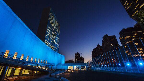 La sede de la ONU en Nueva York iluminada de azul - Sputnik Mundo