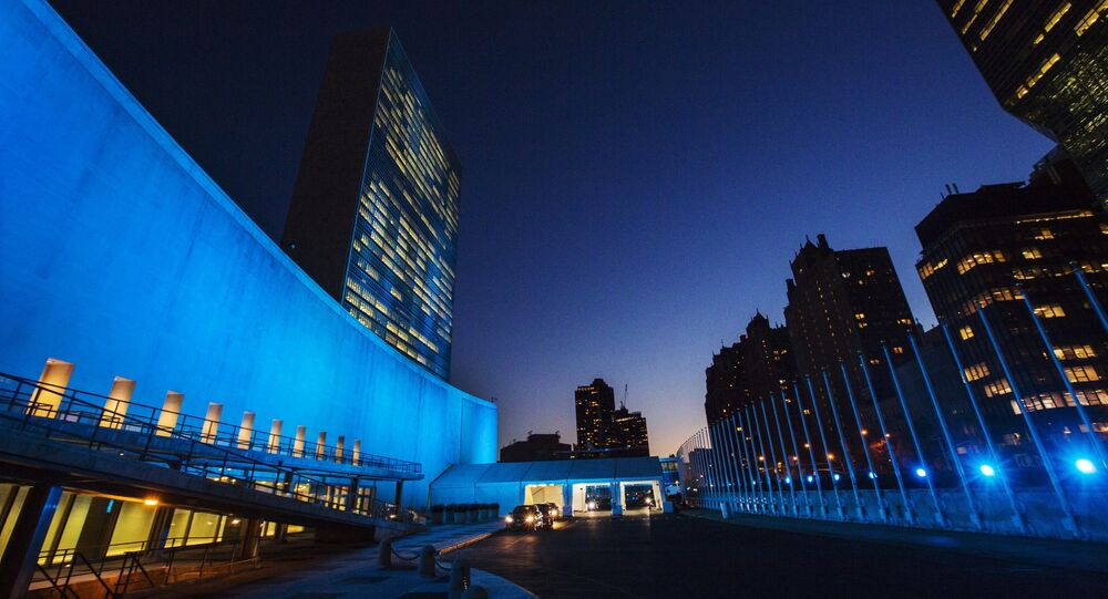 La sede de la ONU en Nueva York iluminada de azul