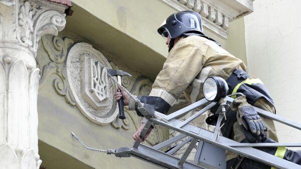 Bombero desmonta el escudo de Ucrania - Sputnik Mundo