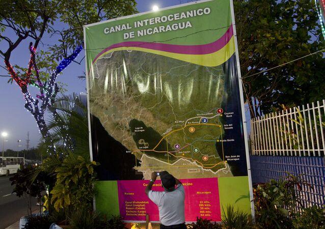 Un póster con mapa del Canal de Nicaragua (archivo)
