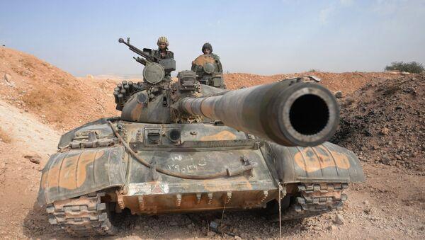 Tanque T-72 del Ejército sirio en las afueras de la ciudad de Qatana - Sputnik Mundo