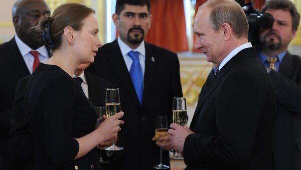 Embajadora de Polonia en Rusia Katarzyna Pelczynska-Nalecz y presidente de Rusia Vladímir Putin al entregar cartas credenciales - Sputnik Mundo