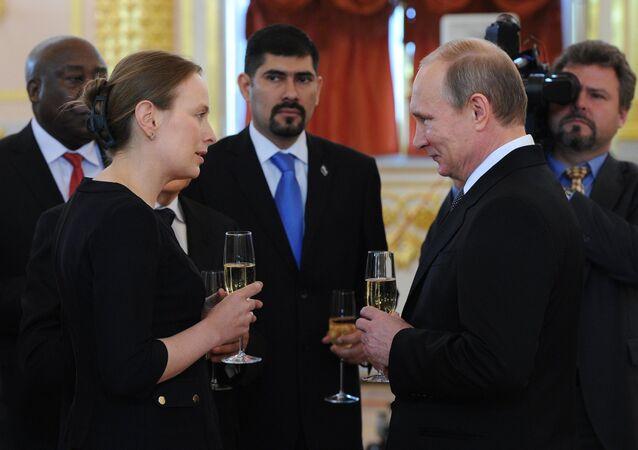 Embajadora de Polonia en Rusia Katarzyna Pelczynska-Nalecz y presidente de Rusia Vladímir Putin al entregar cartas credenciales