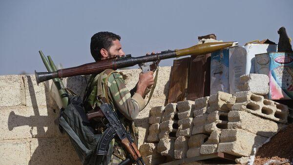 Soldado de fuerzas de autodefensa en afueras de Damasco - Sputnik Mundo