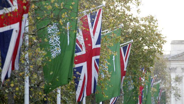 Banderas de Reino Unido y Arabia Saudí - Sputnik Mundo