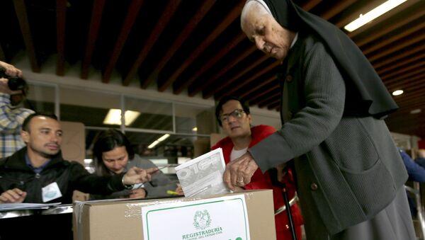 Mujer colombiana vota en elecciones locales en Colombia - Sputnik Mundo