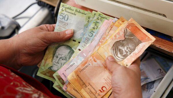 Сajera venezolana conto el dinero - Sputnik Mundo