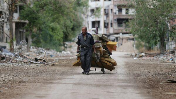 Hombre acarrea colchones en Jobar, Siria - Sputnik Mundo
