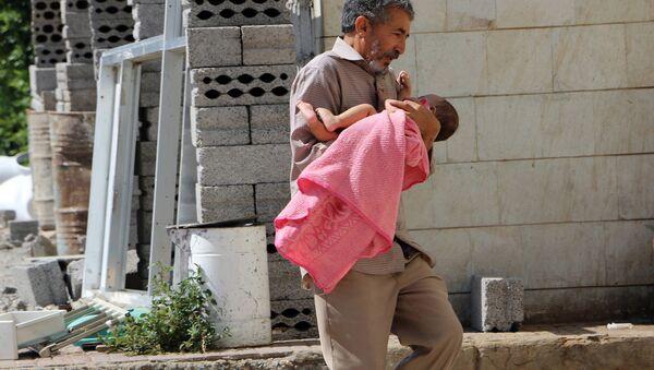 Un hombre lleva a su hija herida al hospital en la ciudad yemení de Taiz - Sputnik Mundo