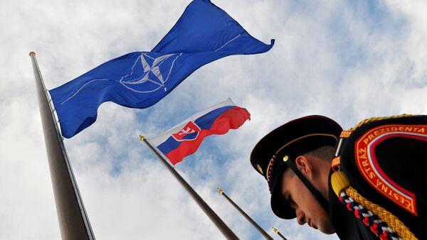 Banderas de la OTAN y Slovaquia - Sputnik Mundo