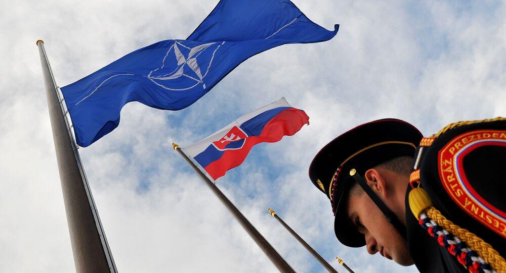 Banderas de la OTAN y Slovaquia