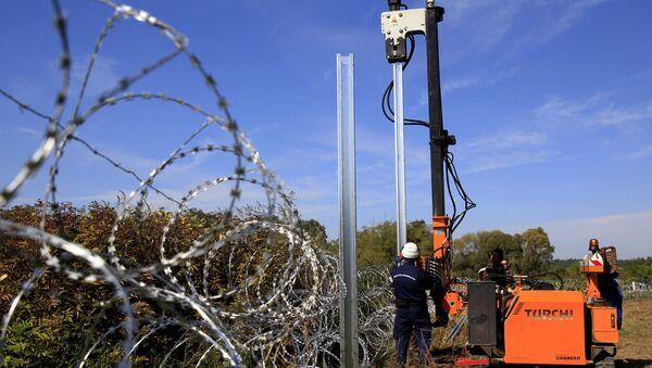 Construcción de una valla fronteriza entre Hungría y Croacia (Archivo) - Sputnik Mundo