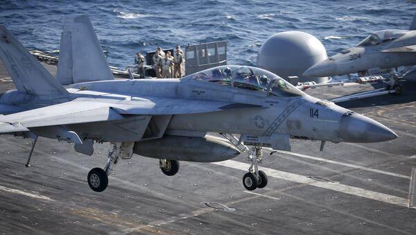 El cazabombarderos F / A-18 Hornet aterriza en el portaviones USS Ronald Reagan - Sputnik Mundo