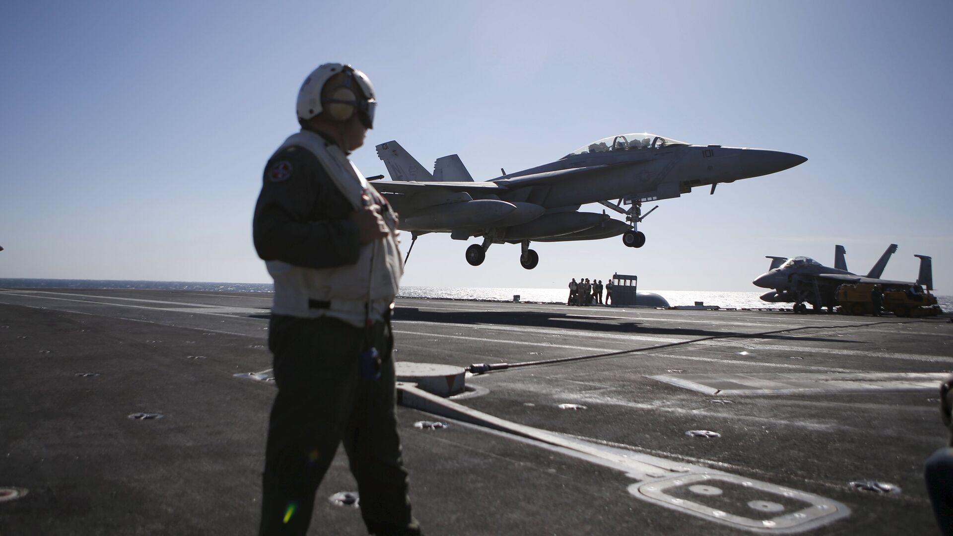 Un caza F/A-18 Super Hornet aterriza sobre el USS Ronald Reagan, 29 de octubre de 2015 - Sputnik Mundo, 1920, 01.09.2021