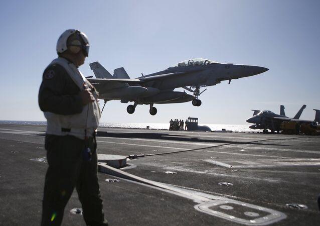 Un caza F/A-18 Super Hornet aterriza sobre el USS Ronald Reagan (imagen referencial)