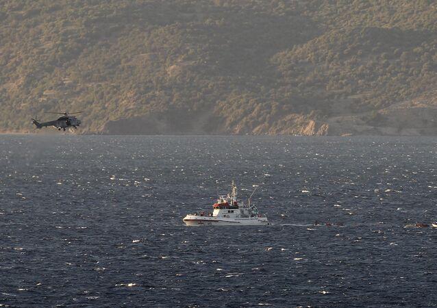 Una lancha de Frontex y un helicóptero griego
