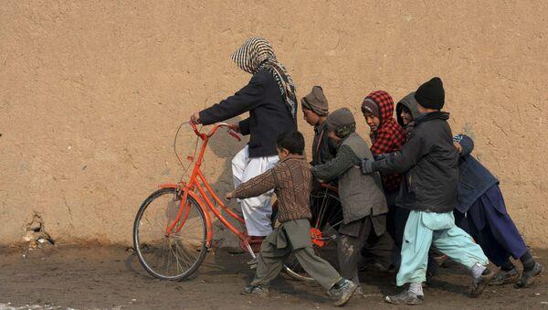 Niños refugiados con la bicicleta - Sputnik Mundo
