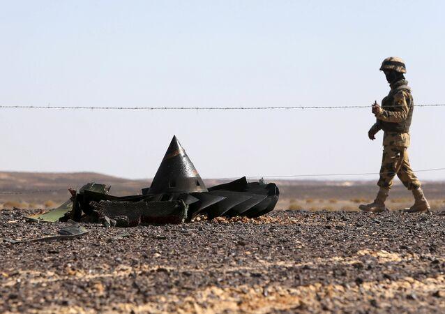 Soldado egipcio en el lugar de siniestro del A321