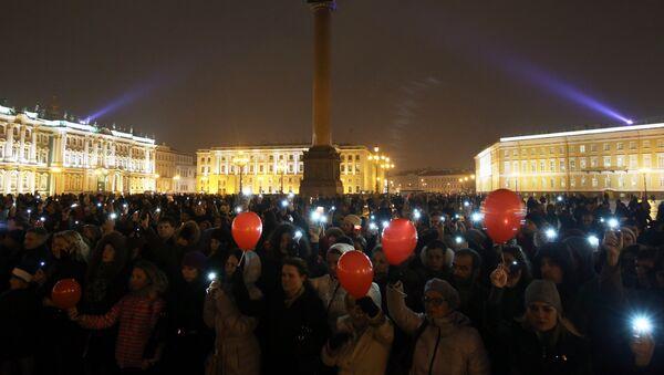 Habitantes de San Petersburgo rinden homenaje a las víctimas del avión siniestrado en Egipto con el lanzamiento de 224 globos por cada fallecido - Sputnik Mundo