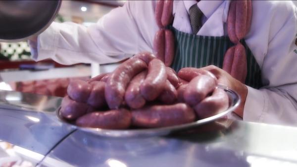 Un británico prepara la salchicha más cara del mundo - Sputnik Mundo