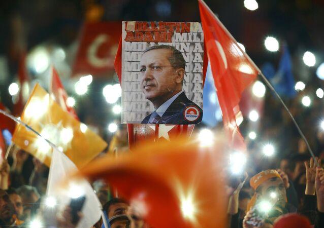 Partidarios del partido gobernante AKP celebran los resultados de elecciones parlamentarias en Ankara, Turquía