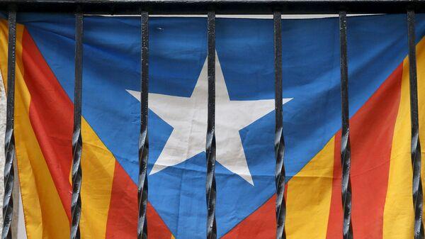 Bandera de Cataluña en un balcón en Barcelona - Sputnik Mundo