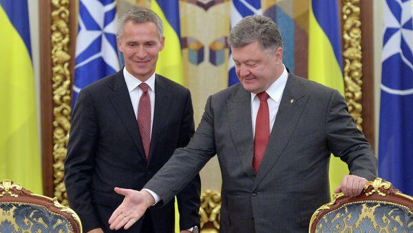 Ukrainian President Petro Poroshenko (R) welcomes NATO's General Secretary Jens Stoltenberg (L) during the National Security and Defense Council in Kiev on September 22, 2015 - Sputnik Mundo